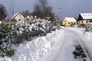 Opgeschoven sneeuw langs het hek