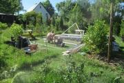 Piet en Ruud monteren een zijframe.